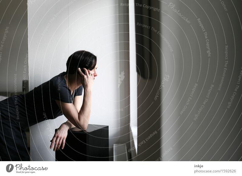 Plausch Lifestyle Freizeit & Hobby Häusliches Leben Wohnung Raum Telefon Handy Telekommunikation Frau Erwachsene Körper 1 Mensch 30-45 Jahre Fenster