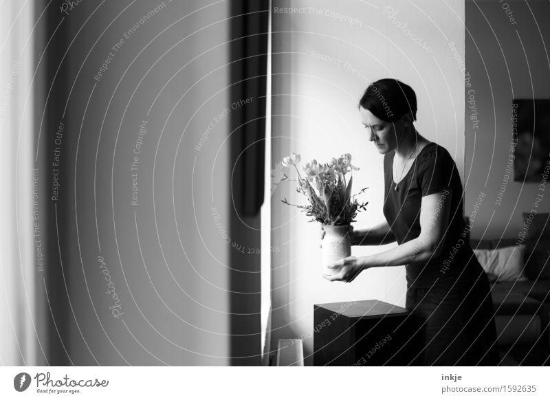 Mutti | Selbstportrait Lifestyle Stil Häusliches Leben Wohnung Dekoration & Verzierung Raum Wohnzimmer Hausfrau Frau Erwachsene Oberkörper 1 Mensch 30-45 Jahre