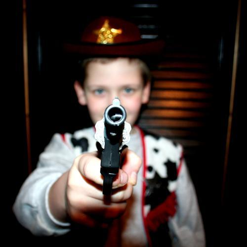 Ballermann Cowboy Duell Wilder Westen Karneval Karnevalskostüm bedrohlich Junge Kind Tyrannei Problematik Spielen Kinderzimmer Problemkind Freude Elektrizität