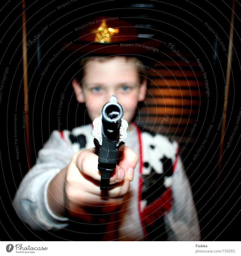 Ballermann Kind Freude Spielen Junge Kindheit Elektrizität Waffe bedrohlich Karneval Sportveranstaltung Karnevalskostüm Pistole Cowboy Problematik Kinderzimmer