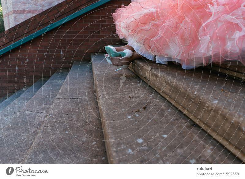 das Kleid Mensch Jugendliche schön Junge Frau feminin Stil Lifestyle Mode rosa Design Treppe elegant Schuhe Bekleidung Hochzeit Kleid