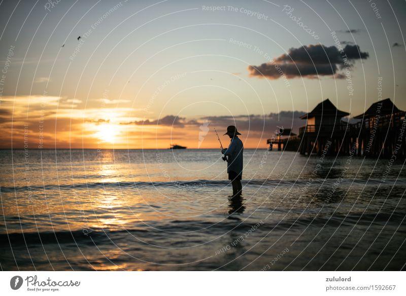 der Angler Mensch Himmel Ferien & Urlaub & Reisen Sommer Wasser Sonne Meer Erholung ruhig Ferne Strand Küste Lifestyle maskulin Zufriedenheit Freizeit & Hobby