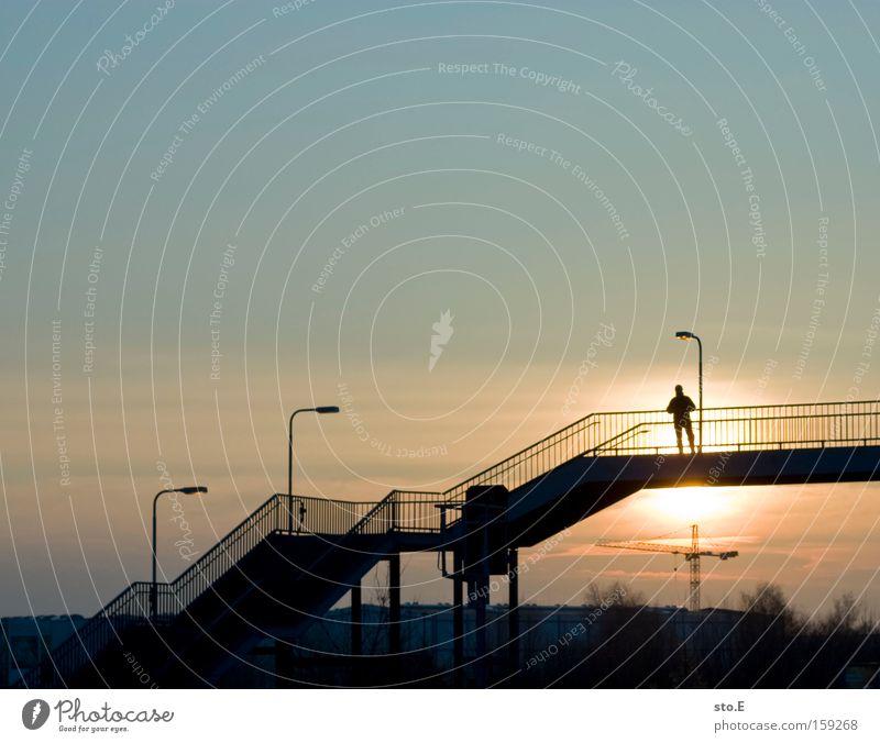 birkenstein Mensch Himmel Ferien & Urlaub & Reisen Ferne Stimmung Treppe Brücke Mitte Laterne Bahnhof Geländer Treppengeländer Brückengeländer Feierabend Straßenübergang Bahnübergang