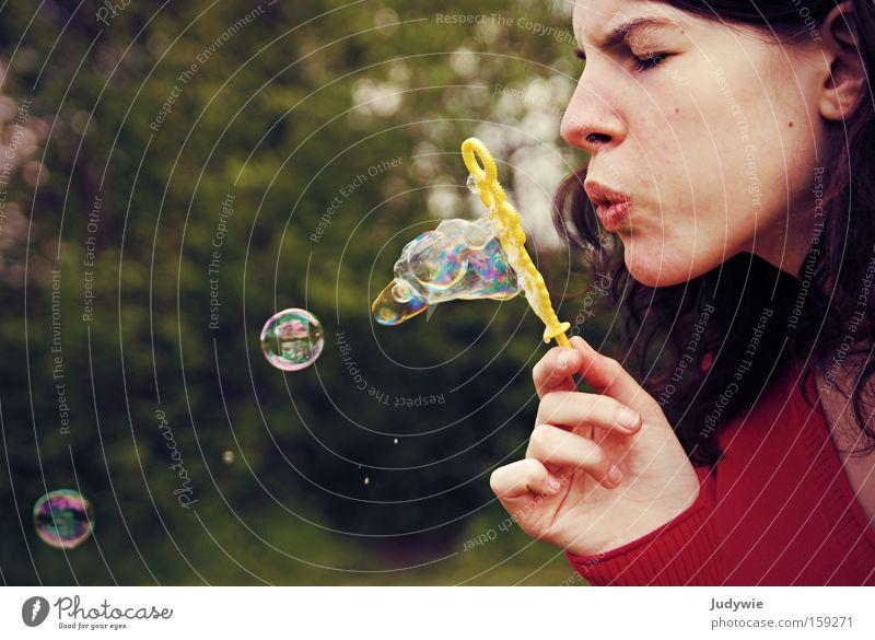 Die Kunst des Seifenblasens Frau Natur Jugendliche schön rot Sommer Freude Erwachsene Spielen Kraft Fröhlichkeit Kraft stark blasen Seifenblase Blase