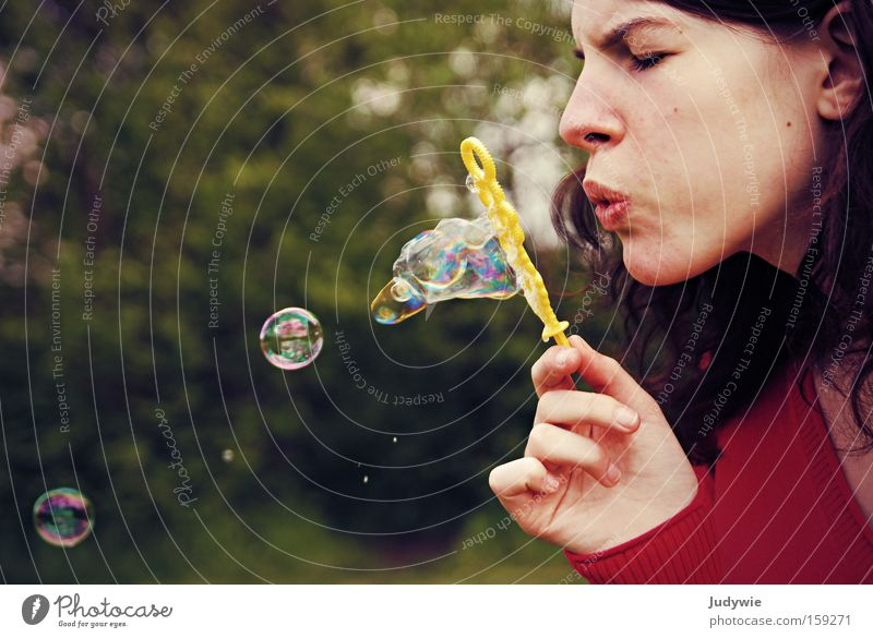 Die Kunst des Seifenblasens Frau Natur Jugendliche schön rot Sommer Freude Erwachsene Spielen Kraft Fröhlichkeit stark Blase
