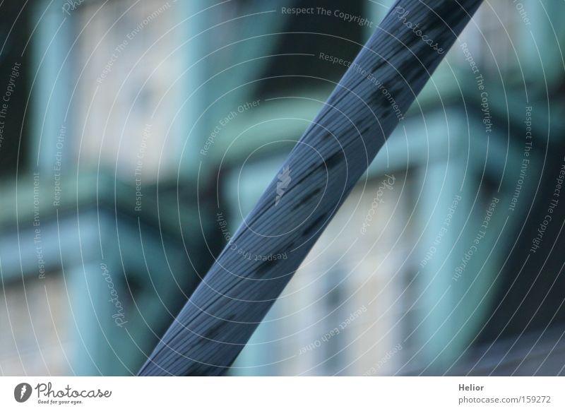Seilschaft blau weiß Fenster grau Metall Glas Dach Schnur Sicherheit Industrie stark Stahlkabel türkis diagonal Langeweile