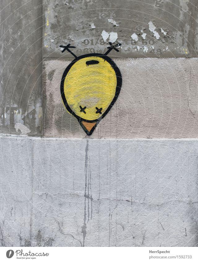 Seltsamer Vogel Mauer Wand Graffiti lustig rund trashig Stadt gelb grau Straßenkunst Küken spucken Schnabel kopfvoran Kunst seltsam außergewöhnlich Subkultur
