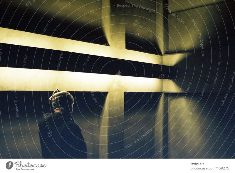 strange guy Mensch Lampe Gefühle Stimmung Raum Beton Mütze Wohnzimmer Lichtstimmung Indirektes Licht