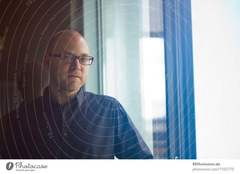 henster VII lernen Student Arbeit & Erwerbstätigkeit Business Mensch maskulin Junger Mann Jugendliche 1 18-30 Jahre Erwachsene Hemd Brille Glatze stehen