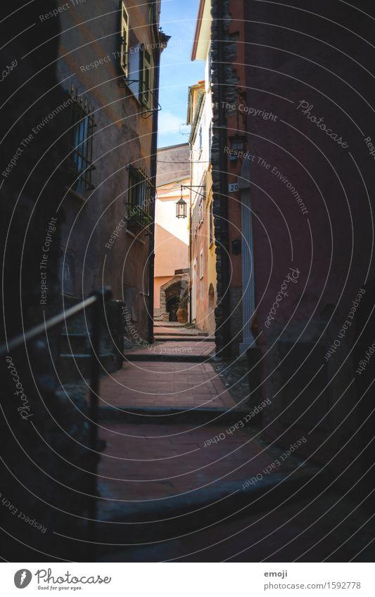 Gasse III Dorf Altstadt Menschenleer Haus Mauer Wand Fassade alt Wärme Farbfoto Außenaufnahme Morgen Schatten Kontrast
