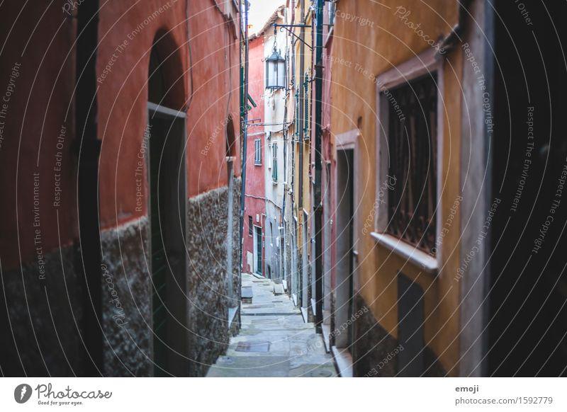 Gasse II Dorf Altstadt Menschenleer Haus Mauer Wand Fassade alt einzigartig schmal Farbfoto mehrfarbig Außenaufnahme Tag Schwache Tiefenschärfe