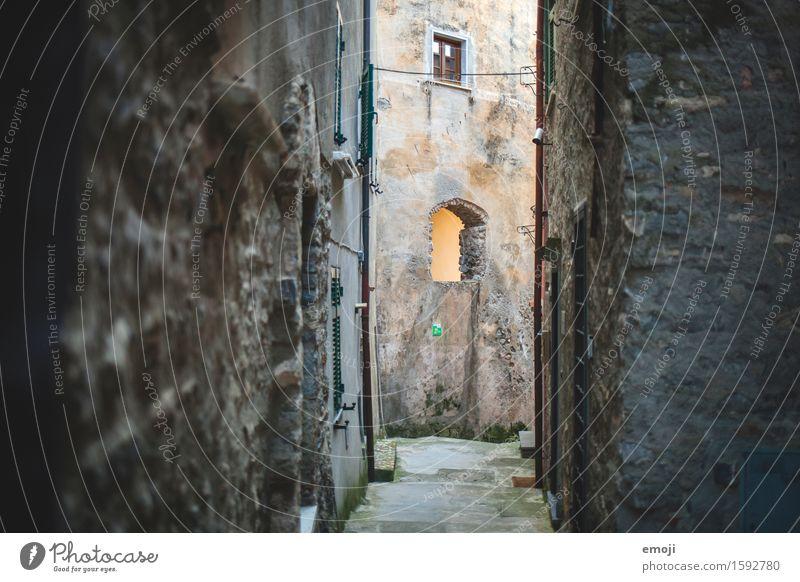 Gasse I Dorf Altstadt Menschenleer Haus Mauer Wand Fassade alt Farbfoto Gedeckte Farben Außenaufnahme Tag Schatten Schwache Tiefenschärfe