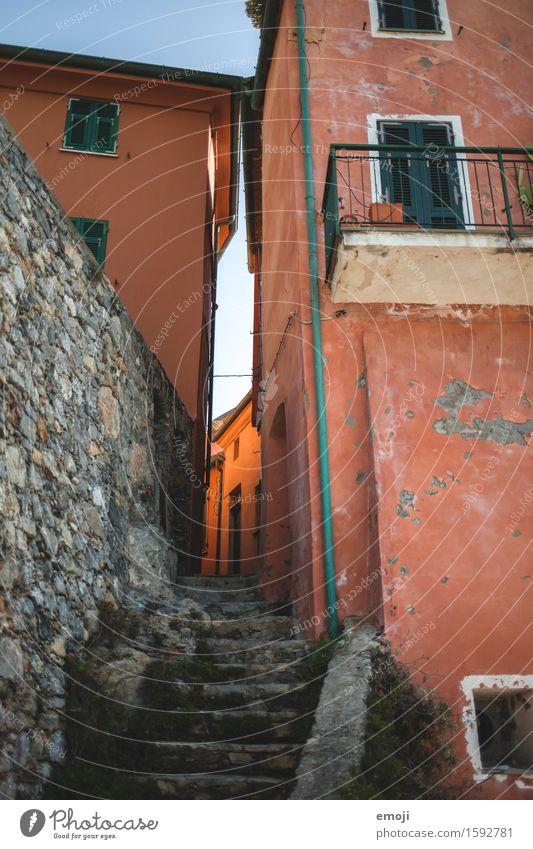 glow Dorf Kleinstadt Haus Mauer Wand Treppe Fassade alt orange Gasse Farbfoto Außenaufnahme Menschenleer Tag Licht