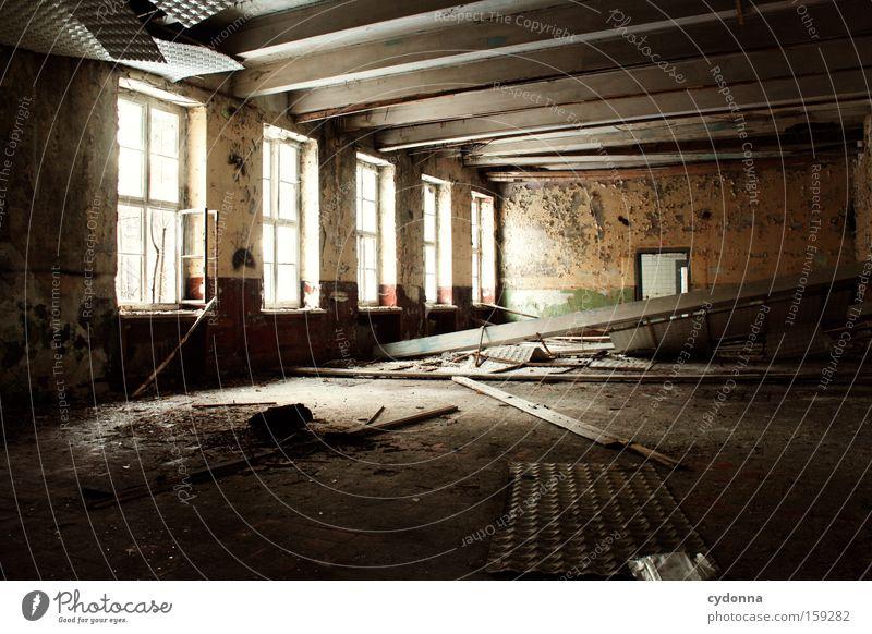 Verfall Fenster Raum Örtlichkeit Einsamkeit Leerstand Licht Vergänglichkeit Zeit Leben Erinnerung Decke Zerstörung alt Militärgebäude Saal verfallen obskur