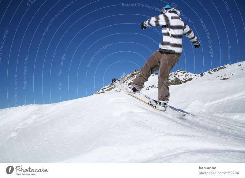 Auf dem Sprung Snowboard Winter Schnee springen Aktion blau Himmel fliegen Sport Spielen Wintersport Streifenpullover Abheben Snowboarding Snowboarder 1