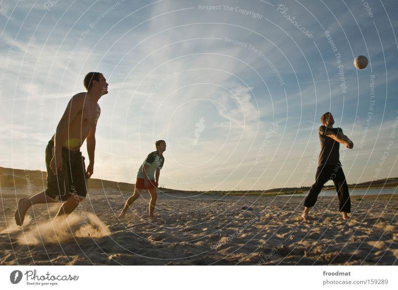 der ball ist rund Silhouette Sand Ball Sonne Gegenlicht Jugendliche Coolness Wärme sportlich Spielen Sonnenuntergang Volleyball springen Mann Barfuß Spannung
