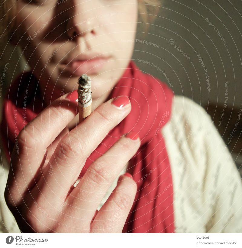 it kills you Frau rot grau gefährlich Rauchen Krankheit Tabakwaren Rauch Zigarette bleich Schal Nagel ungesund