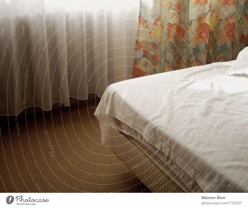 Der morgen danach... Bett Raum Vorhang Fenster Bettlaken Bettwäsche Blume Hotel Hotelzimmer Leidenschaft Moral Schlafzimmer Bodenbelag zerwühlt Decke