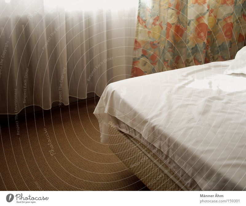 Der morgen danach... Blume Fenster Raum Bodenbelag Bett Hotel Leidenschaft Bettwäsche Vorhang Decke Bettlaken Schlafzimmer Moral Hotelzimmer