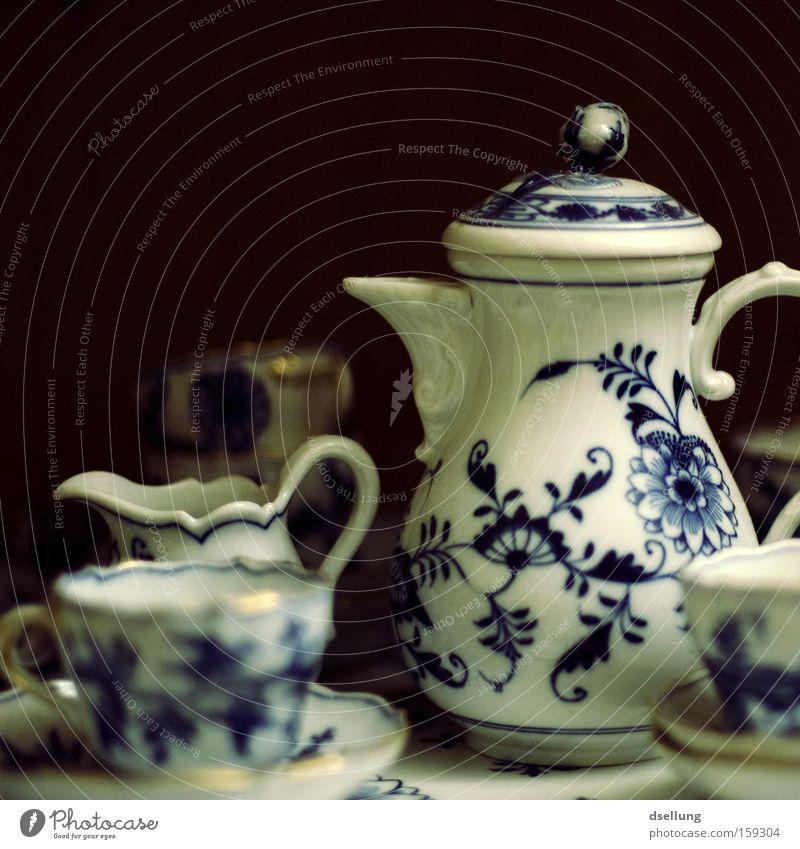 Teeservice auf dunklem Hintergrund Tasse Geschirr Porzellan Stil Geschmackssinn ruhig Gelassenheit zerbrechlich Vergangenheit genießen Kunst Kunsthandwerk