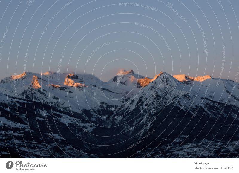 glühende Berge rot Winter Ferne Schnee Berge u. Gebirge Stimmung Niveau Aussicht Schweiz Alpen Gipfel Abenddämmerung