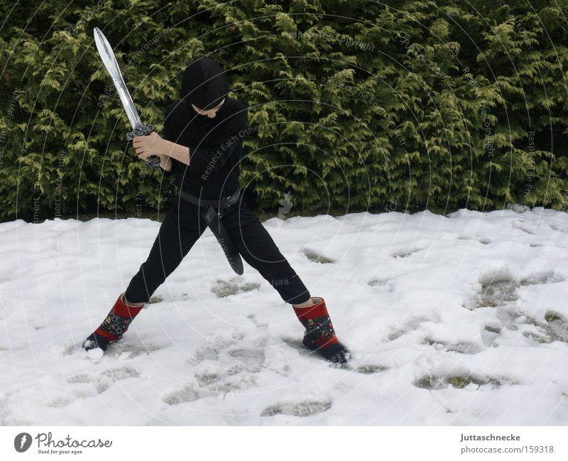 Nieder mit dem Winter Junge Kind Ninja Karnevalskostüm kämpfen Kampfsport Schnee Schwert erobern verkleidet Außenaufnahme Jugendliche