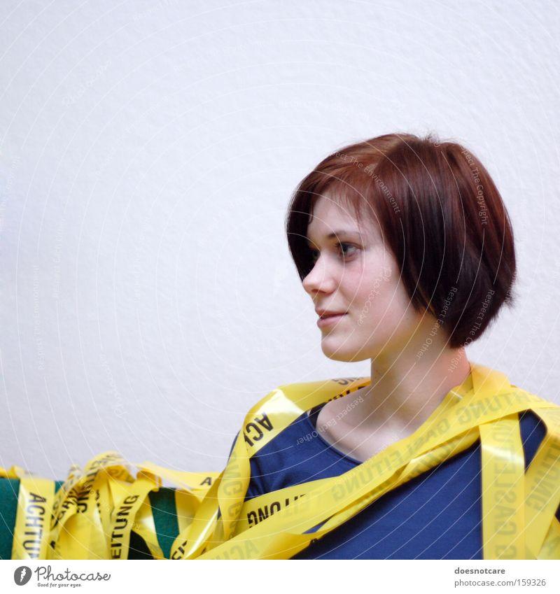 Let's Build A Home. Frau Mensch Jugendliche schön blau Freude gelb feminin Erwachsene verrückt Barriere durcheinander Warnhinweis