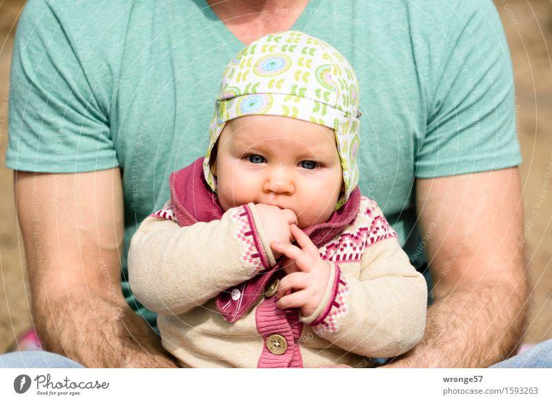 Vater mit Kind Mensch Mann grün Mädchen Erwachsene Frühling feminin Familie & Verwandtschaft klein braun rosa maskulin Baby Lebensfreude Schönes Wetter