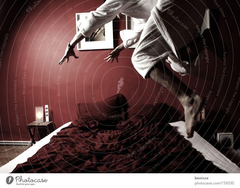 ab ins bett Mann rot Freude springen Design modern Bett Schlafzimmer Bademantel