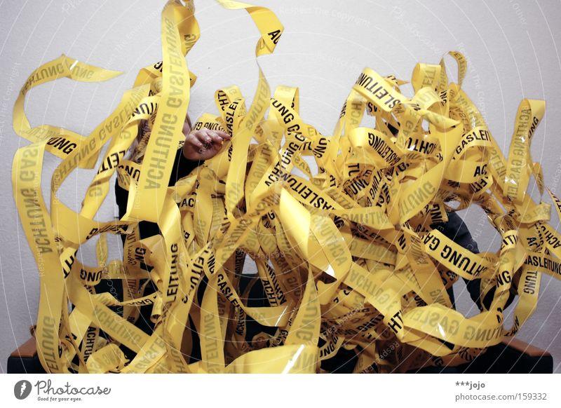 spaghetti. [weimar 09] Freude gelb Spielen Hinweisschild Nudeln Karneval Warnhinweis chaotisch Barriere durcheinander werfen Gas Vorsicht Warnschild Erdgaspipeline Luftschlangen