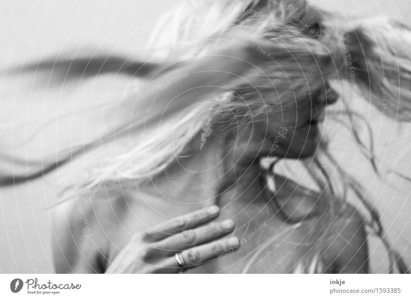 Schwung Lifestyle Stil Haare & Frisuren Freizeit & Hobby Frau Erwachsene Leben 1 Mensch 30-45 Jahre blond langhaarig Bewegung drehen wild schütteln schwungvoll