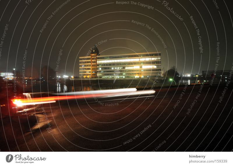 ich muss weg Bewegung Geschwindigkeit Gebäude Bürogebäude Haus Architektur Moderne Architektur Düsseldorf KFZ Nachtfahrt Rennsport Motorsport Licht Lichttechnik