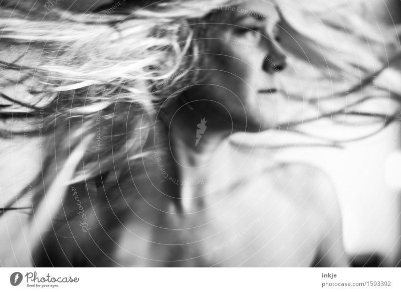 fliegen lassen Lifestyle Stil Freizeit & Hobby Frau Erwachsene Leben Haare & Frisuren Gesicht 1 Mensch 30-45 Jahre blond langhaarig Bewegung drehen wild Drehung