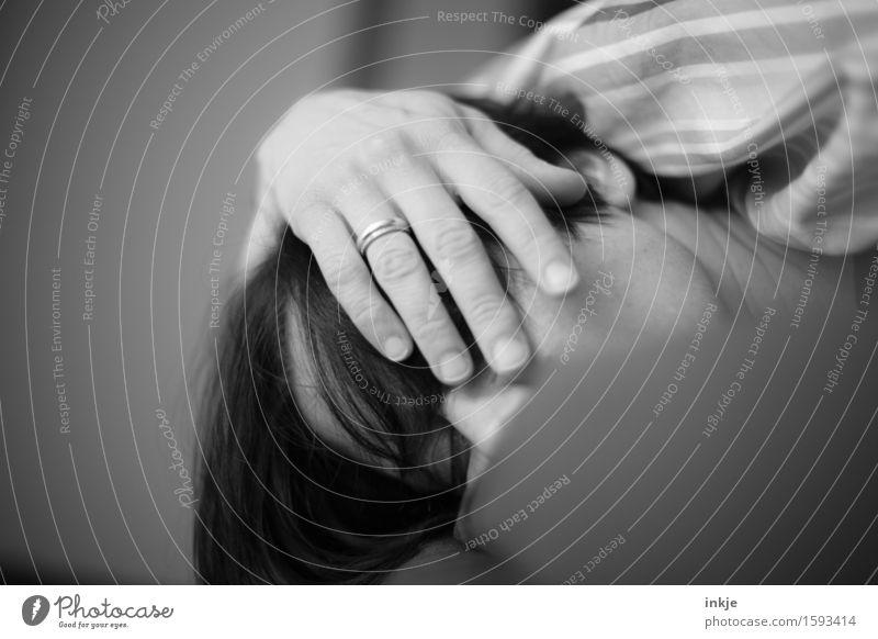 schwarzweiß Häusliches Leben Bett Frau Erwachsene Gesicht Hand 1 Mensch liegen schlafen Müdigkeit Trägheit bequem Erholung ruhig verschlafen