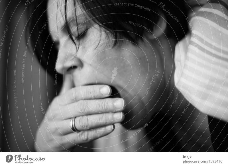 grausam | jeden Morgen Häusliches Leben Bett Frau Erwachsene Gesicht Hand 1 Mensch kuschlig Gefühle Stimmung Laster Müdigkeit Unlust Trägheit bequem Erholung