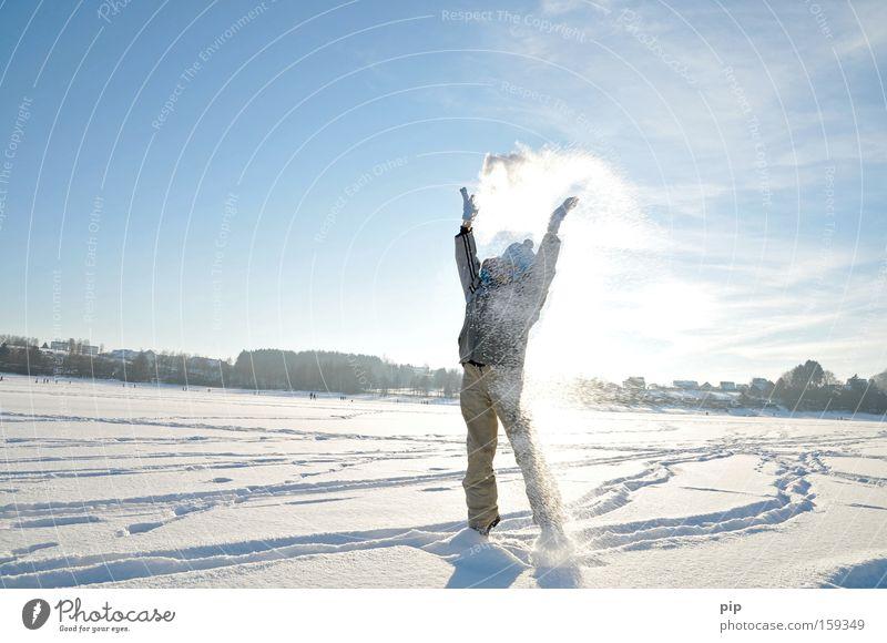 schneegestöber Mensch Himmel Sonne blau Freude Winter kalt Schnee Spielen Freiheit Beine hell Arme Ausflug Frost