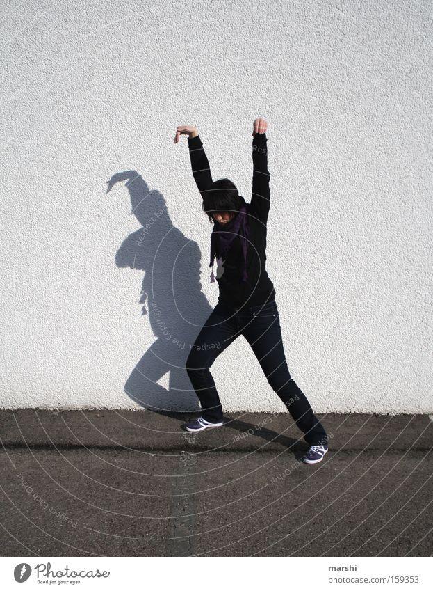 Kung Fu für Anfänger Frau Freude Straße Spielen lustig bedrohlich Konzentration Verkehrswege Gesichtsausdruck kämpfen Schatten Aggression Turnen Straßenkunst