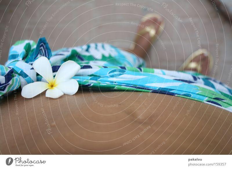 der weg zum strand bei 48°C Bikini Tuch Sommer Blume Badelatschen Bauch Schweiß transpirieren Bauchnabel Ferien & Urlaub & Reisen Blick nach unten Fuß
