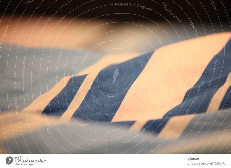 Streifenlandschaft Bett Bettdecke Berge u. Gebirge Meer Wellen blau weiß Wärme kuschlig Innenaufnahme Schlafzimmer Decke