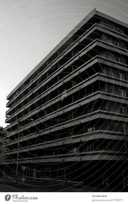 quergestreift macht dick Stadt Haus Einsamkeit Leben Hochhaus Häusliches Leben Balkon Plattenbau Budapest Neubau Lebensraum unterbelichtet