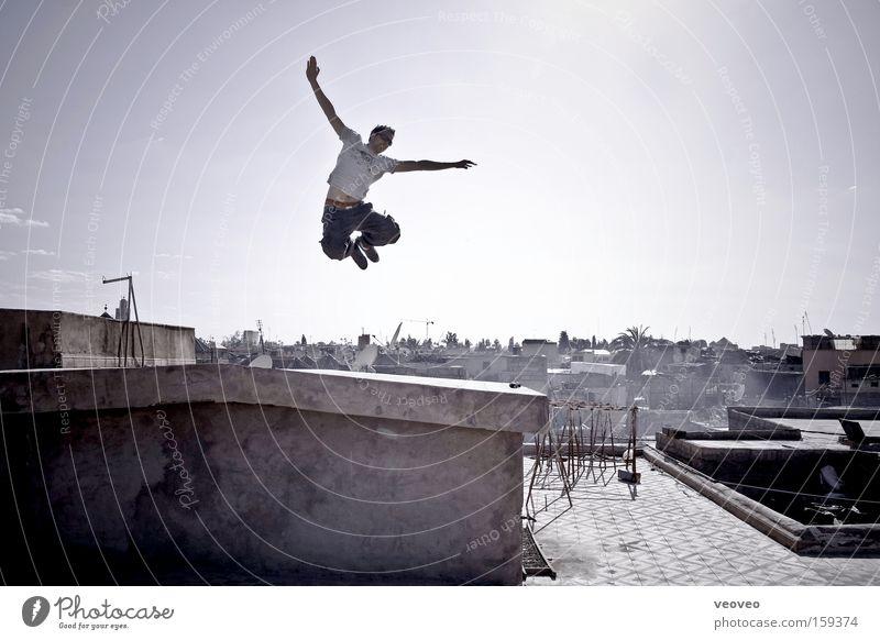 up Himmel Jugendliche Mann Stadt Haus Freude Erwachsene Freiheit fliegen springen frei Fröhlichkeit Lebensfreude Unendlichkeit Skyline Hauptstadt