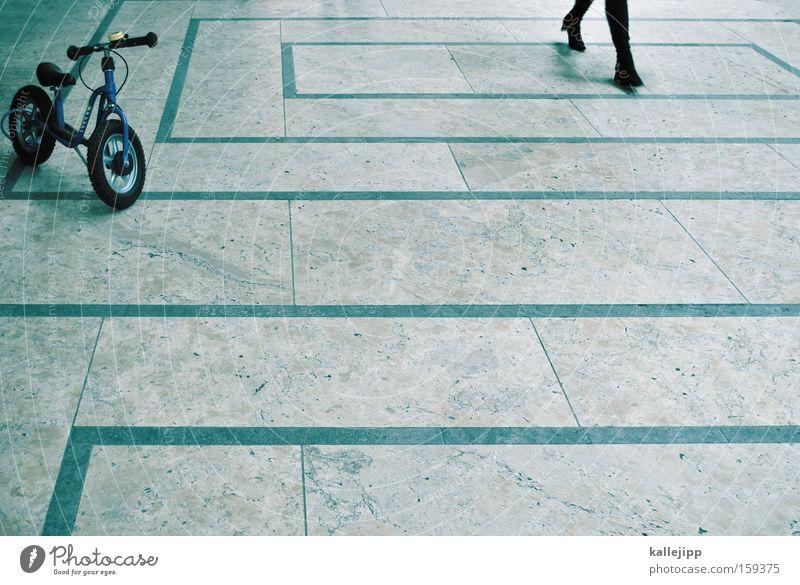 shoppingtour Frau Beine Fahrrad Bodenbelag Freizeit & Hobby Spielzeug Eingang Durchgang Kinderfahrrad Einkaufscenter