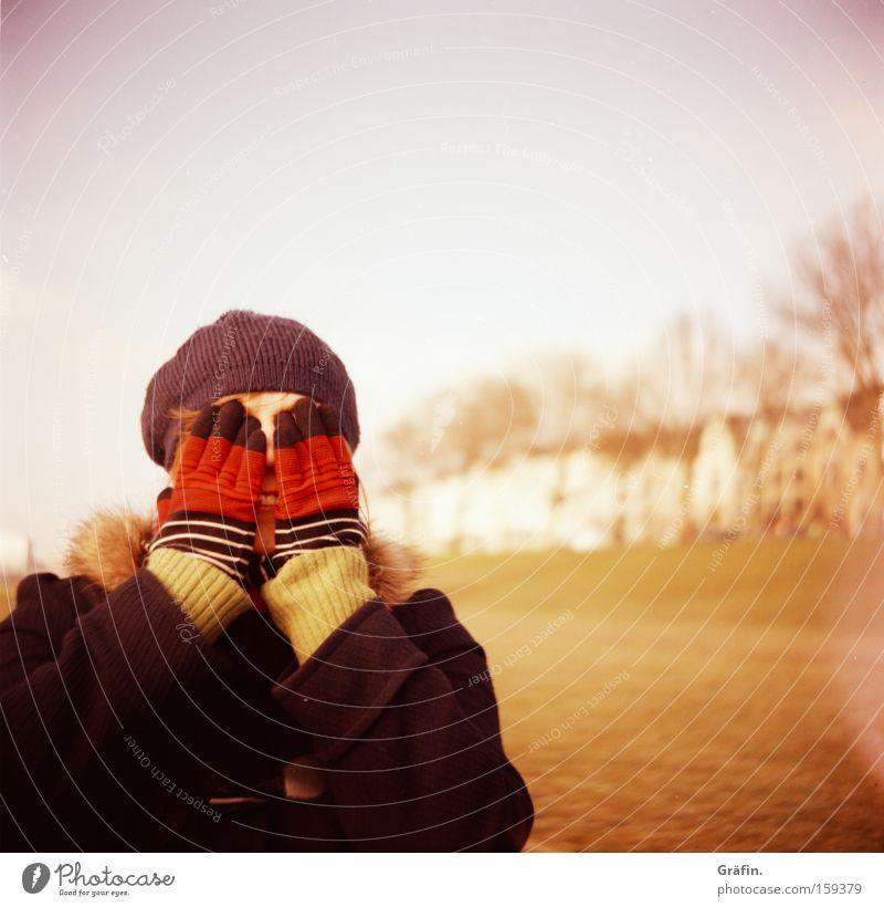 [HB 09.1] Versteckspiel Frau Hand Freude Winter kalt Trauer Mütze verstecken Verzweiflung Handschuhe Bremen Lomografie blind Pastellton