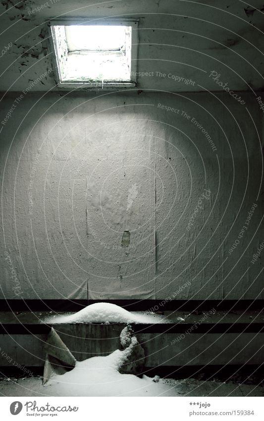 schneeeinfall. [weimar 09] Winter Einsamkeit kalt Schnee Fenster Raum trist Vergänglichkeit Tapete verfallen Verfall schäbig vergangen Zerstörung