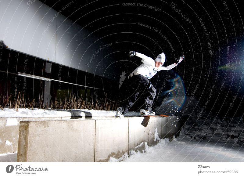 frontside bs   nightsession   sour cream and onion Schnee Stil Freizeit & Hobby Aktion Körperhaltung Gleichgewicht Snowboard Wintersport Freestyle talentiert Nacht Nachtaufnahme Snowboarding Sliden Betonwand Snowboarder