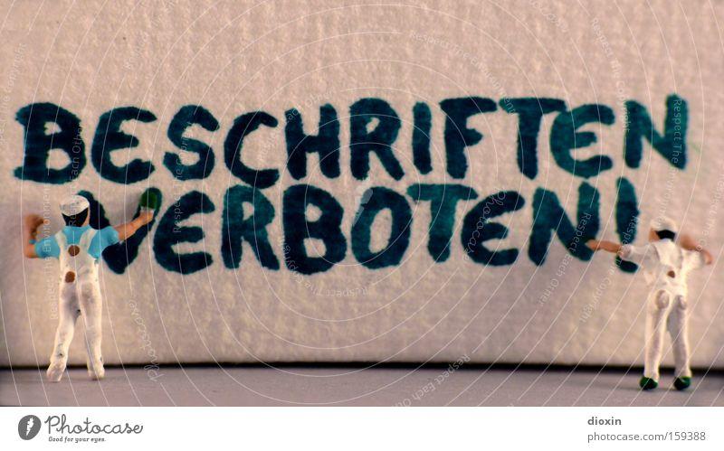 Beschriften verboten! Farbe Wand Graffiti klein Schriftzeichen Buchstaben streichen Handwerk Hinweisschild Gemälde Makroaufnahme Verbote Anstreicher Warnhinweis Pinsel Miniatur