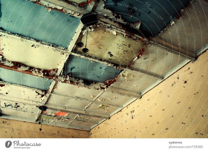 Farbwahl alt Leben Lampe Zeit Raum Vergänglichkeit verfallen Verfall Zerstörung Erinnerung Decke Örtlichkeit Leerstand Armee Militärgebäude Farbselektion