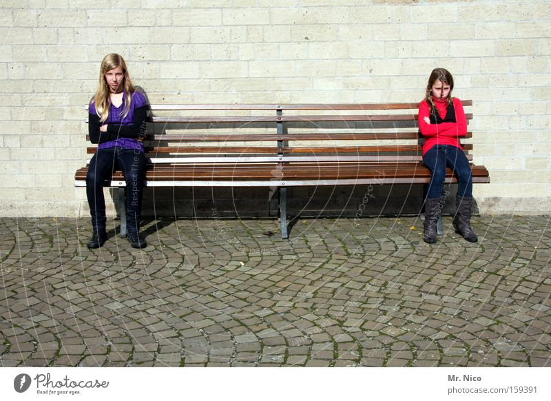 geschwisterliebe Familie & Verwandtschaft Kind Mädchen Freundschaft Mensch Bank Wut Konflikt & Streit Langeweile Kopfsteinpflaster Laune Ärger Lücke Frustration