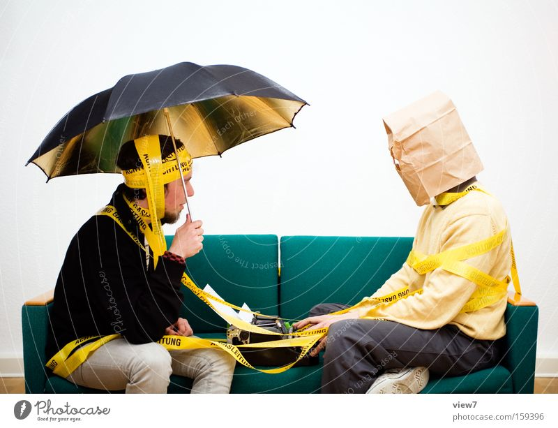 Trash 500 Mann Freude Erwachsene sprechen sitzen Fröhlichkeit Kommunizieren Lebensfreude Kontakt stoppen Konzentration Regenschirm Humor Sofa Momentaufnahme skurril