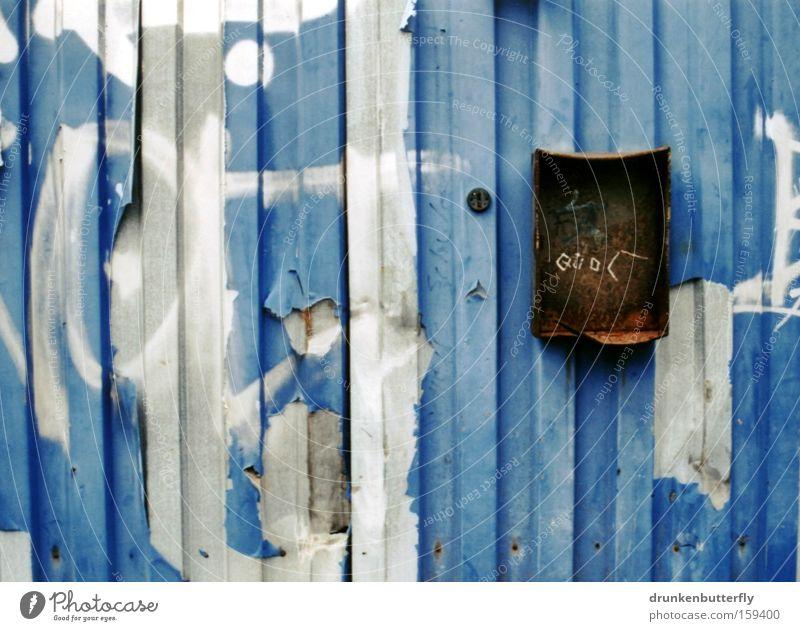 heute keine post Briefkasten Eisen Rost kaputt Garage alt Vergangenheit abblättern blau braun grau verfallen Tor Metall Farbe Burg oder Schloss